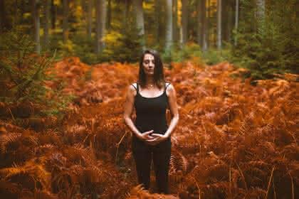 Manuela Peschmann Thérapie Forestière HD_@Accalmia - Présentation activité 2021 manuela-forêt article