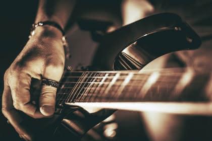 Fotolia_75672413@Tomasz Zajda_rockman_ guitar_player