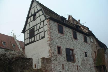 Ancienne maison de vignerons sur 5 niveaux nichée dans les Remparts de la ville de Riquewihr avec vue sur les vignes du Grand Cru Schoenenbourg