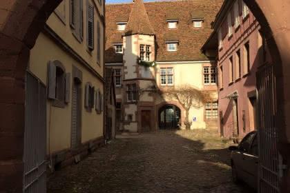 Le Berckheimer Hof avec sa tourelle d'escalier et son cadran solaire