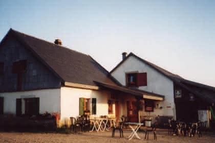 Aire naturelle de camping à la Ferme-Auberge du Salzbach, Vallée de Munster, Alsace.