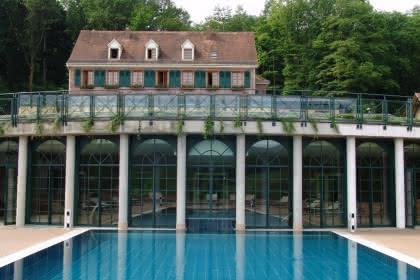Terrasse et piscine extérieure du Spa les Violettes