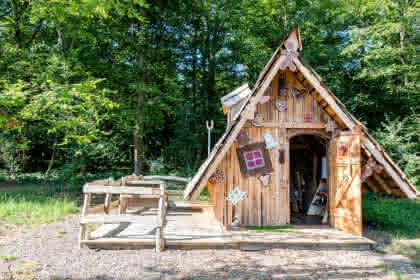 Extérieur de la cabane de la Sorcière © Camping les Castors