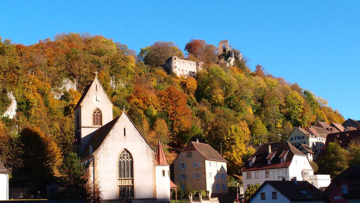 Ferrette et son église au pied du château