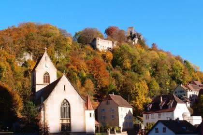 Ferrette mit Kirche unterhalb der Burg